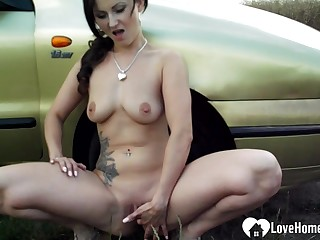 Inviting babe masturbates outdoors unconnected with the car