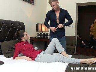 Young rent boy gives a massage and cunnilingus nigh middle aged woman